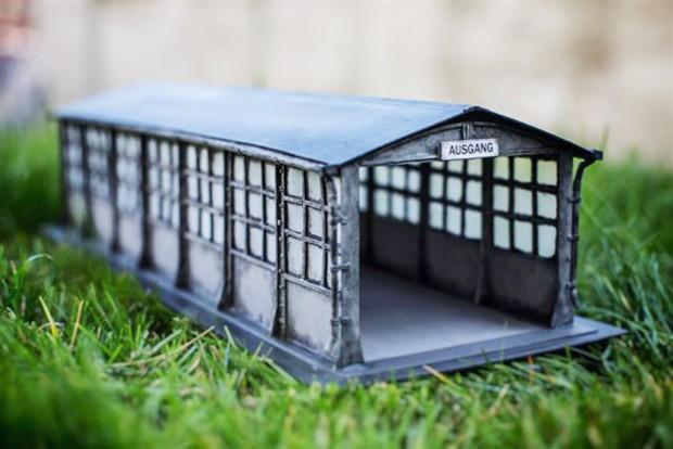 """Die alte Einhausung, die auf dem Gelände neu aufgestellt wurde - hier als Rasenmodell. Foto: Stiftung """"Ecken wecken"""""""
