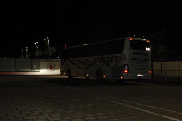 Ein Bus mit Geflüchteten erreicht die Neue Messe. Foto: René Loch