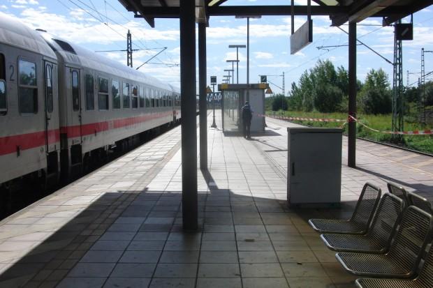 Absperrbänder am Bahnhof Neue Messe. Foto: René Loch