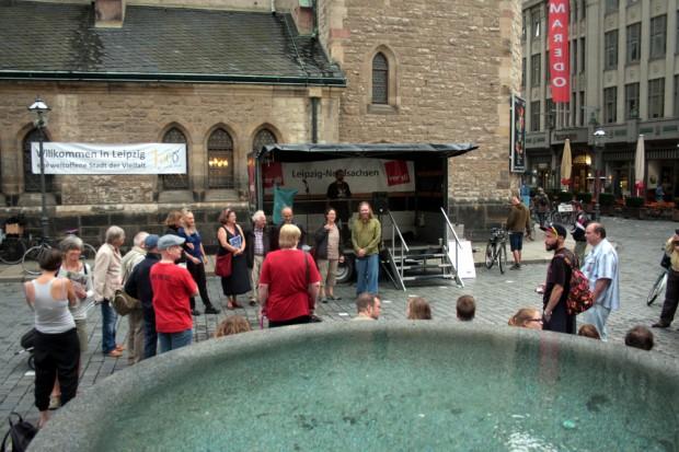 Circa 30 Teilnehmer versammelten sich vor der Nikolaikirche. Foto: Alexander Böhm