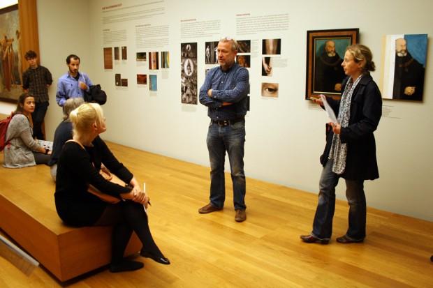 Chefrestaurator Rüdiger Beck vor der Wand, die die Arbeitsweise der Cranach-Werkstatt sichtbar macht. Foto: Ralf Julke