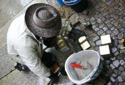 Auch bei Nieselwetter: Gunter Demnig verlegt Stolpersteine in Leipzig. Foto: Ralf Julke