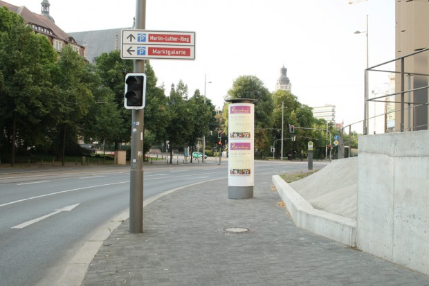 Fuß-/Radweg am Dittrichring: Eine neu gebnaute Betonrampe hat den Weg halbiert und mittendrauf steht noch eine Litfaßsäule. Foto: Ralf Julke