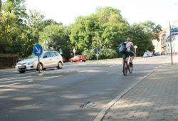 Dieser Radfahrer macht's richtig: Gar nicht erst am Rand über die Gullis fahren, sondern in der Fahrbahnmitte. Foto: Ralf Julke