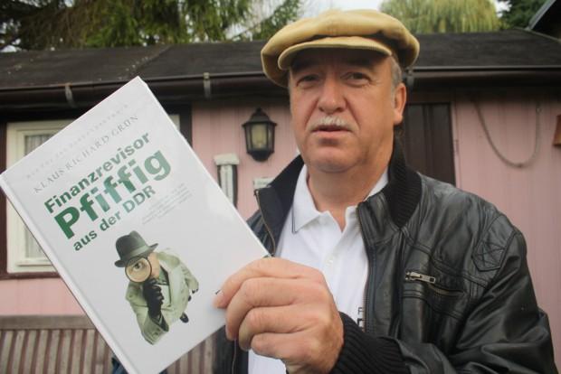 """Der Autor mit seinem Buch """"Finanzrevisor Pfiffig in der DDR"""". Foto: Ralf Julke"""