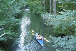 Alle 30 Meter das nächste Boot: Der Floßgraben während der Abendsperrzeit am 30. August. Foto: Wolfgang Stoiber, NuKla e.V.