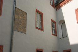 Zeitsprünge an den Fassaden im Hof: Wie Eingerahmt wirkt Mauerwerk in Pietra-Rasa-Technik aus der Romanik.  Foto: Karsten Pietsch