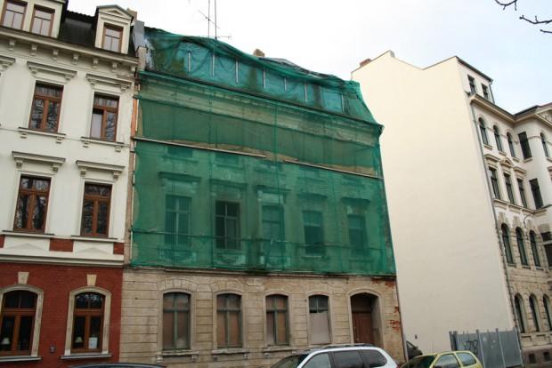 In einer Großstadt wie Leipzig haben auch solche Häuser noch eine Chance. Foto: Ralf Julke