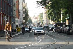 Blick in die Arthur-Hoffmann-Straße: Im Alltagsverkehr wird es hier eng. Foto: Ralf Julke