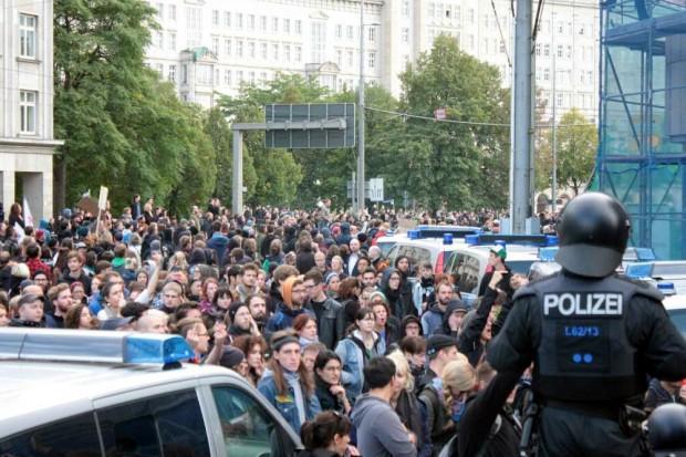 In Mithaftung genommen. Die friedlichen Gegendemonstranten auf dem Augustusplatz. Foto: L-IZ.de