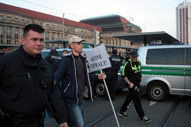Keine Gewalt bei Legida. Ein Wunsch auf einem Transparent. Mal sehen ... Foto: L-IZ.de