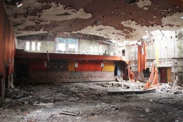 Der Saal des ehemaligen Fortuna: Die Decke hat schon gewaltig gelitten. Foto: Thomas Grahl