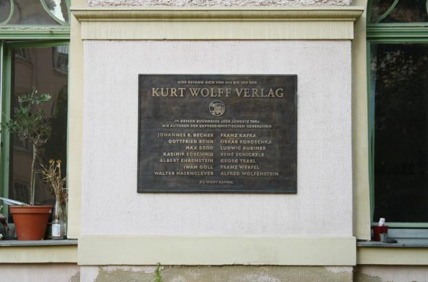 Erinnerungstafel für den Kurt-Wolff-Verlag in der Inselstraße. Foto: Ralf Julke