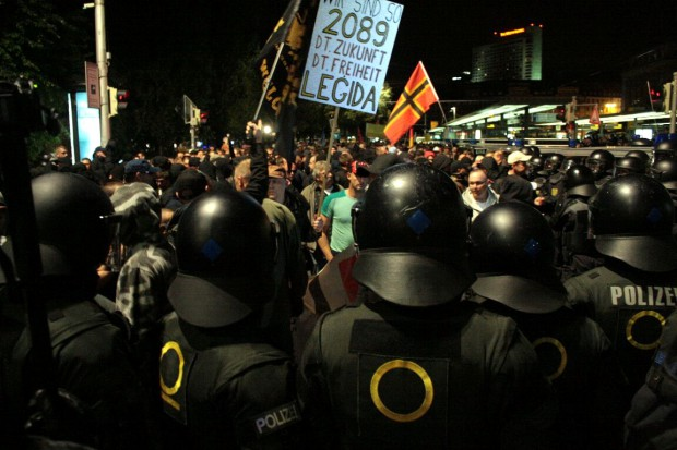 Legida am 14.09. massiver unterwegs als noch in den vergangenen Wochen. Nach eskalierenden Hooliganübergriffen bricht die Polizei die Demonstration ab. Foto: L-IZ.de