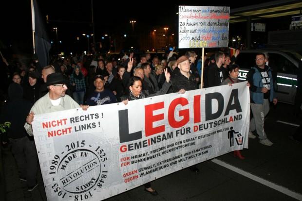 Legida läuft ... auf einer verkürzten Runde aufgrund einer Blockade. Foto: L-IZ.de