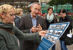 Christoph Kaufmann erläutert die Finessen im neuen Leipzig-Kalender. Foto: Ralf Julke