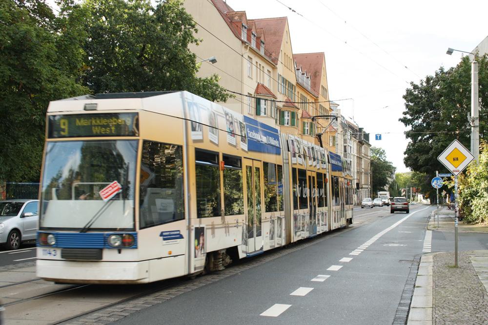 Die Linie 9 in der Wolfgang Heinze-Straße unterwegs. Foto: Ralf Julke