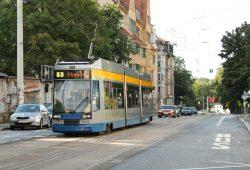 Die Linie 9 macht gerade Halt an der Mathildenstraße in Connewitz. Foto: Ralf Julke