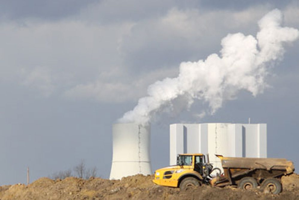 Im Südraum fast überall zu sehen: das Kraftwerk Lippendorf. Foto: Matthias Weidemann
