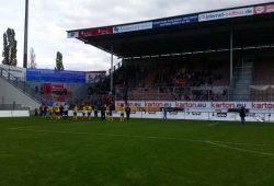 Fans und Mannschaft feiern den Auswärtssieg des FCL in Cottbus. Foto: Marko Hofmann