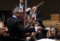 Louis Langrée dirigiert das Gewandhausorchester. Foto: Alexander Böhm