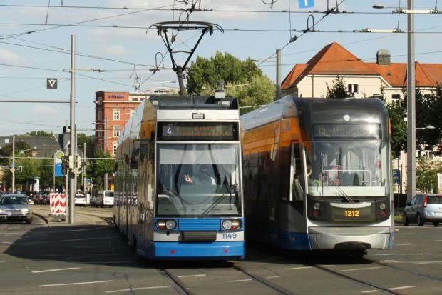 Zwei Straßenbahnen und ein siegesgewisser Straßenbahnfahrer am Augustusplatz in Leipzig. Foto: Ralf Julke