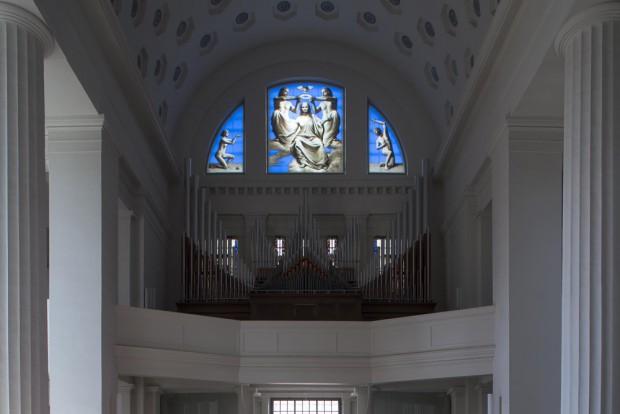 Nun als Glasfenster in der Pfarrkirche St. Maria: Triegels Marienkrönung. Foto: punctum/Stefan Hoyer