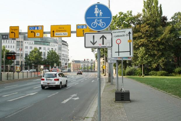 Fußweg am Martin-Luther-Ring: in beide Richtungen für Radfahrer geöffnet und zusätzlich mit Umleitungsschild und Litfaßsäule (hinter dem Schildermast) gespickt. Foto: Ralf Julke