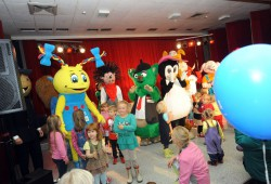 Die Maskottchen sorgen für Spaß auf der Showbühne. Foto: Luther Events