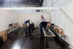 Laptops wurden für die Registrierung aufgestellt und eingerichtet, Drucker angeschlossen. Foto: Matthias Weidemann