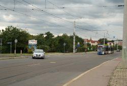 Blick vom Radweg an der Arno-Nitzsche-Straße hinüber zur Einmündung der Meusdorfer und zur Haltestelle der Straßenbahn. Foto: Ralf Julke