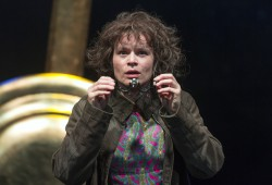 Momo (Elisabeth Fues) im Theater der Jungen Welt. Foto: Tom Schulze