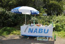 Am NABU-Stand am Rande der Wiese gab es einen Imbiss, Apfelsaft und geistige Nahrung in Form von Infomaterial. Foto: NABU Leipzig
