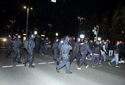 Nach der Demo klappt die strikte Trennung nicht. Es kommt zum Katz und Mausspiel zwischen Polizei und Gegendemonstranten. Foto: L-IZ.de