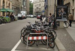 Neue Radbügel am Neumarkt - den Sperrbügel hat dann gleich mal ein Kraftfahrer ins Visier genommen. Foto: Ralf Julke