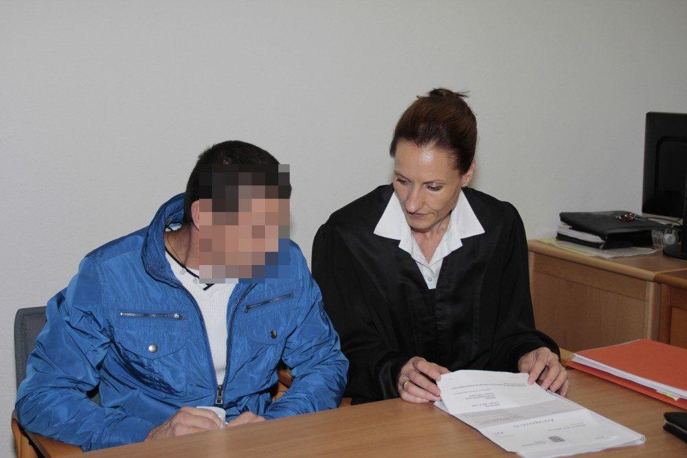Nikolay K. mit Verteidigerin Annette Clement-Sternberger bei Prozessauftakt. Foto: Martin Schöler