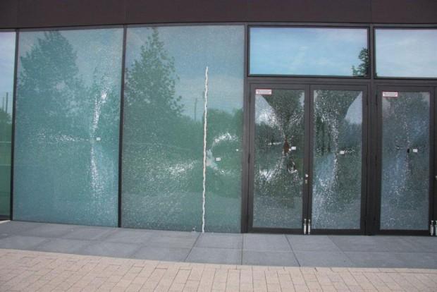 Zerstörte Glasscheiben an der Parkarena. Foto: OAZ