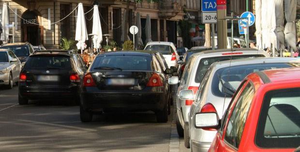 Zugeparkt - in Leipzig auch immer öfter gern zweireihig, wie hier in der Gottschedstraße. Foto: Ralf Julke