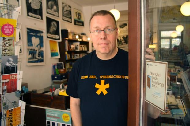 "Peter Hinke mit Rainald-Goetz-T-Shirt im ""Wörtersee"". Foto: Ralf Julke"