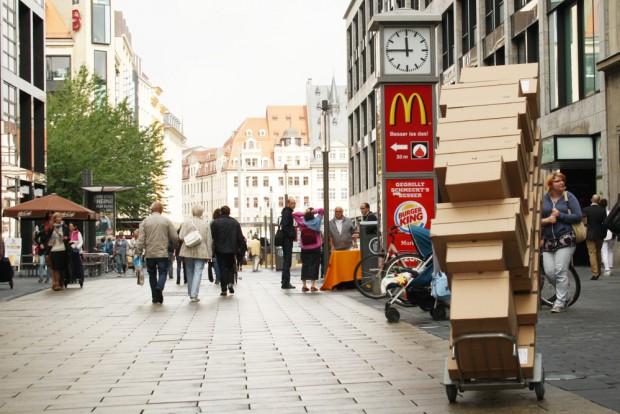 Woran erkennt man eine prosperierende Stadt? Der Postbote bringt jeden Tag Berge von Päckchen. Foto: Ralf Julke