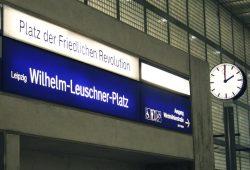 Beschriftung in der S-Bahn-Station Wilhelm-Leuschner-Platz: Platz der Friedlichen Revolution. Foto: Ralf Julke