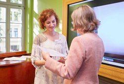 Preisverleihung mit Schulleiterin Sibylle Nowak (links) und Ute Hermann, Vorstandsmitglied der Carl Orff-Stiftung. Foto: Caro Krekow