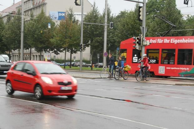 Auf der Insel gestrandet: Radfahrer am Goerdelerring / Dittrichring. Foto: Ralf Julke