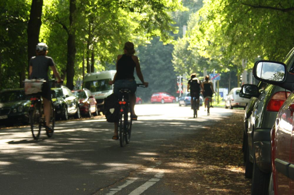 Radfahrerinnen im Clara-Zetkin-Park. Foto: Ralf Julke