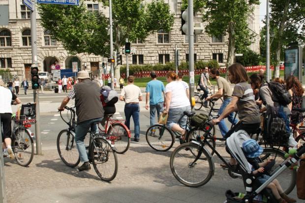 Fußgänger und Radfahrer auf engsten Raum und in alle Richtungen: Überwege am Neuen Rathaus. Foto: Ralf Julke