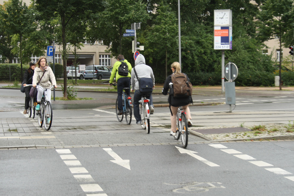 Hochfrequentiert: Radüberweg an der Nürnberger Straße / Prager Straße. Foto: Ralf Julke