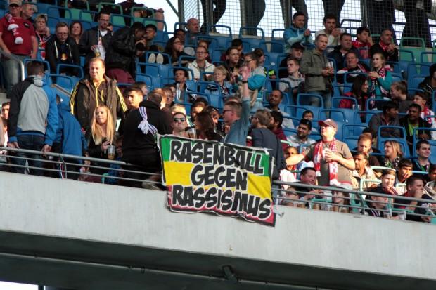 Rasenball gegen Rassismus. Foto: Alexander Böhm