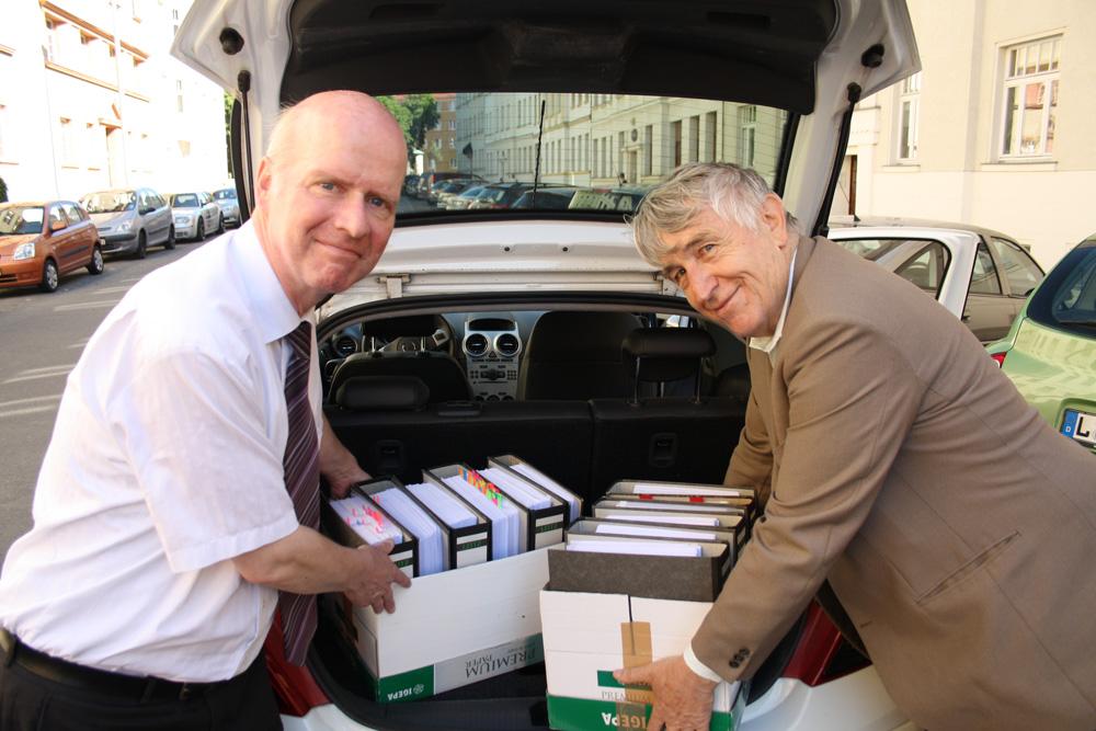 Da war ihre Welt noch in Ordnung: Bernward Rothe und Roland Mey beim Verladen der Unterschriftenlisten für die Fahrt nach Berlin. Foto: Ralf Julke