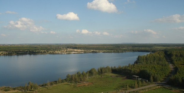 Blick über das Südufer des Cospudener Sees in den Landkreis Leipzig. Foto: Ralf Julke