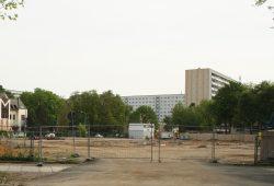 Baustelle an der Telemannstraße: In zwei Jahren soll hier ein Gymnasium eröffnen. Foto: Ralf Julke